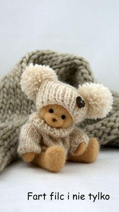 Zimowy miś :) teddy in knit hat Teddy Bear Hug, Tatty Teddy, Cute Teddy Bears, Needle Felted Animals, Felt Animals, Cute Crafts, Felt Crafts, Tiny Teddies, Teddy Bear Pictures
