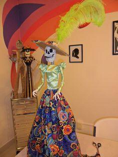Catrinas elaboradas con papel maché y tela, técnica mexicana que se enseña en el club de arte MB (Martín Bocos)