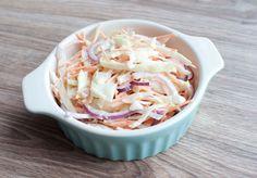 Deze frisse koolsalade is heerlijk als side dish bij de barbecue of als ondergrond van een broodje vlees. Ook lekker met gefrituurde vis!