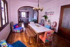 Una casa con decoración original y a todo color con Muebla