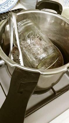 メイソンジャーや哺乳瓶等のエコな煮沸消毒   沸かす水はたったのコップ1杯。ジャーサラダやヨーグルト作り、紅茶キノコ、ケフィア等の菌活に欠かせない煮沸はこんなに簡単! 材料 (1回分) ■ 煮沸したいもの Ball社のメイソンジャー 1個 ステンレスのスプーン 入るだけ ステンレスのトング 1本 ■ 用意するもの 圧力鍋 1個 付属の蒸しす 1個 水 200ml 新しい割りばし 1膳 キッチンペーパー 1枚 作り方 1 圧力鍋に水を入れ付属の蒸しすのこを置きその上に煮沸したいものを置きます。 2 蓋をして火にかけます。圧がかかり、おもりが回り始めたらすぐに火を切りそのまま放置します。 3 火を切っても100度近くがキープされます。 4 10分後ぐらいにおもりが自然と下がったらすぐに蓋を開けます。  火傷に注意! 5 新しい割りばしなどで中のものを取り出しキッチンペーパーの上に乗せ自然乾燥させます。 6 割りばしを使わない方法: 鍋つかみをして中のトングを使って取り出します。 コツ・ポイント…