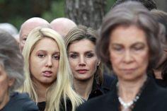 Los Príncipes de Asturias se unen a la Reina y las infantas Elena y Cristina en el emotivo funeral en memoria del rey Pablo en Tatoi. La reina Sofía, en primer término; la princesa Maria Olympia, detrás, y la Princesa de Asturias, en último término.