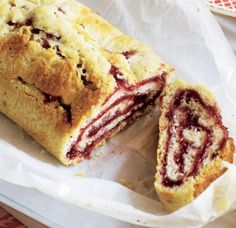 a cut rolled pastry with suet and raspberry jam English Desserts, British Desserts, Classic Desserts, English Food, British Recipes, Hot Desserts, English Recipes, Asda Recipes, Uk Recipes