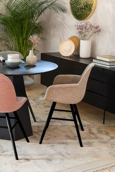 Soft Chair, Interior Styling, Interior Design, Interior Concept, Small Tables, Upholstered Dining Chairs, Side Chairs, Interior Inspiration, Armchair