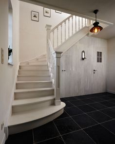 Trappen special - The Art of Living Beautiful Stairs, Beautiful Homes, Old Fashioned House, Small Staircase, Cosy House, Old Farm Houses, House Stairs, Home Reno, Simple House