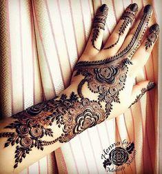 I love the flow of this design Khafif Mehndi Design, Mehndi Designs Book, Indian Henna Designs, Mehndi Designs For Girls, Mehndi Designs For Beginners, Stylish Mehndi Designs, Mehndi Designs For Fingers, Wedding Mehndi Designs, Mehndi Design Pictures