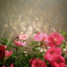 Brilho para a sala de jantar com o papel de parede de penas de pavão