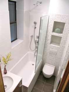 bäder-einrichten-badewanne - schmales fenster und glaswand
