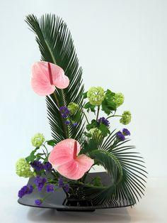 X Gran Exposición de Ikebana Tropical Floral Arrangements, Contemporary Flower Arrangements, White Flower Arrangements, Creative Flower Arrangements, Ikebana Flower Arrangement, Ikebana Arrangements, Unique Flowers, Exotic Flowers, Beautiful Flowers