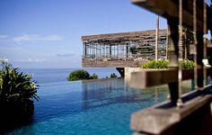 1、顶级奢华:巴厘岛爱丽拉乌鲁瓦图别墅酒店的无边际泳池高于印度洋海平面100米。