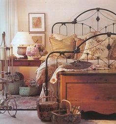 Bedroom - iron bed - nightstand vignette with baskets under and trunk - cozy feeling Bedroom Vintage, Shabby Bedroom, Bedroom Rustic, Vintage Decor, Diy Bedroom Decor, Bedroom Furniture, Bedroom Ideas, Beautiful Bedrooms, Romantic Bedrooms