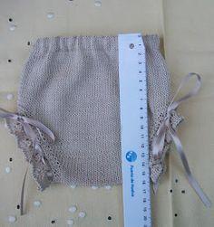 BRAGUITAS EN HILO BEIGE TOSTADO   Talla 0-3 meses          Material   Agujas de punto del número 2,5  Hilo nº 5 color beige tostado Katia c...