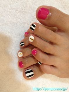 Pink Black White Gold Stripes Toe Nail Art Pedicure Cute Toenails this would look ace in summer! Fancy Nails, Love Nails, Diy Nails, Pretty Nails, Shellac Nails, Nail Polish, Manicure E Pedicure, Beach Pedicure, Nail Art Designs