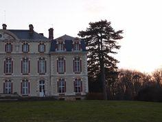 fin prochaine de la vie de château : À l'heure de ce pèlerinage printanier vers Montmachoux - photo du château de la Brosse prise au soir en rentrant - je sais qu'il s'agit du dernier, voire de l'avant dernier. L'établissement sera revendu, le ciné-club dont je fais partie n'y aura plus droit de cité. Je l'aurais fréquenté durant 26 ans à raison de trois fois par an.  Nous y avons noué de