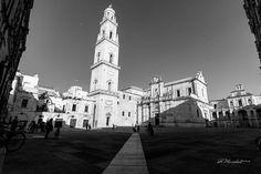 Lecce tra luce e istante [4/7]  Nel gioco di luci e ombre lo splendore di Piazza Duomo è lo splendore dell'uomo.  Raffaella De Palma  [su instagram @whydigitalphoto]