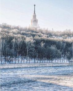 Заснеженное МГУ и Воробьевы горы.