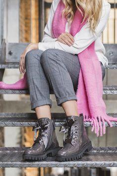 Zwei Looks - 1 Schuh! Diese coolen Booties werden mit zwei verschiedenen Bändern geliefert. Wir lieben diese Vielfalt!  #derschuhmeineslebens #paulgreen #paulgreenlovesyou Dna, Oxford Shoes, Women, Fashion, Paul Green Shoes, Moda, Fashion Styles, Fashion Illustrations, Gout