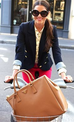 Large Prada handbag + navy blazer w/ gold buttons + fitted red pants + large sunglasses. Topped off with a big smile, this look is PERFECTION. Estilo Fashion, Look Fashion, Fashion Models, Winter Fashion, Womens Fashion, Fashion Trends, Girl Fashion, Swag Fashion, 1950s Fashion