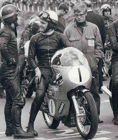 """alfonslx2: """"En el circuito de Mallory Park en Inglaterra se disputó durante muchas décadas la denominada Race of the Year, una carrera que se celebraba al margen de cualquier campeonato y que los pilotos se tomaban únicamente como un reto personal…y..."""