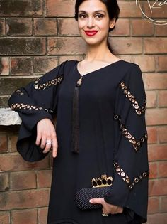 Pin by rishu chopra on indian women suit in 2019 Kurti Sleeves Design, Sleeves Designs For Dresses, Dress Neck Designs, Sleeve Designs, Stylish Dresses, Simple Dresses, Casual Dresses, Casual Wear, Pakistani Dresses Casual