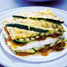 Lasagne met ricotta: Lasagnebladen, courgettes, ricotta, tomatenblokjes (blik), gemalen oude kaas, platte peterselie, ui, knoflookteen, olijfolie. 4 personen | Bereiden: 10 minuten | Wachten: 30 minuten