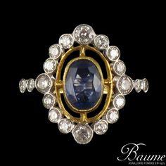 Bague pompadour Saphir et Diamants. Son décor ajouré laissant apparaître la peau et sa forme en marquise en font une bague posée sur la main d'un grand raffinement.