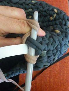 Tengo un truquillo para que las asas de los bolsos de trapillo no sean tan elásticas que terminemos con el bolso a la altura de las rodillas... Love Crochet, Diy Crochet, Crochet Hooks, Loom Knitting, Knitting Stitches, Cotton Cord, Crochet Decoration, Diy Handbag, T Shirt Yarn