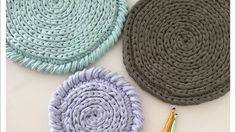 Crochet Diy, Crochet Round, Crochet Hats, Diy Carpet, Crochet Handbags, Crochet Videos, T Shirt Yarn, Sewing Techniques, Handmade Bags