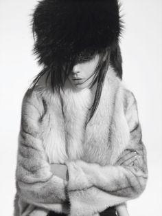 Kinga Rajzak photographiée par Karim Sadli de la série Grand Nord du numéro de juin-juillet 2008 de Vogue Paris.