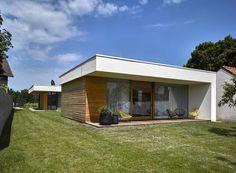 Tvar pozemku výrazně ovlivnil půdorys domu. Arch House, Studios, Shed, Outdoor Structures, Building, Outdoor Decor, Tvar, Home Decor, Future