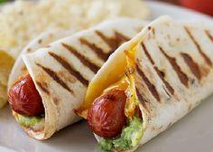 No todos los hot dogs tienen piel de pan. Y este hecho de tortilla con queso y lechuga es la prueba.