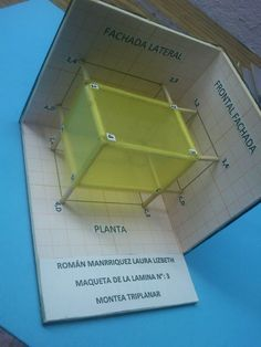 estudiantes de primer semestre, maquetas de proyecciones ortogonales