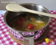 Fumetto di pesce o brodo di pesce (ricetta base). Ricetta passo passo per preparare il fumetto di pesce con scarti di pesce e crostacei per risotti e zuppe