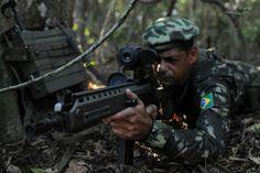 Militar equipado com rádio mallet e fuzil 5,56 IA2