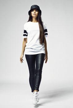 """Stylisches Damen Shirt aus leichtem, bequemen Mesh-Material. Jeweils zwei in """"Schwarz"""" gehaltene Kontraststreifen an den Ärmeln, machen dieses Damen Shirt zu einem echten Muss in Deinem Kleiderschrank."""