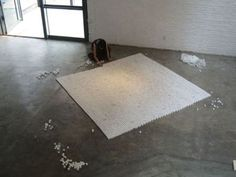 我要改变你(系列:我要改变你), 2009 装置, 石膏 灰尘, 3000x3000x17mm 艺术家: 于吉  石膏在固化过程中因沾上地面的灰尘而呈现出柔弱的黑白灰色差,我在上海一栋老建筑的地面搜集灰尘的颜色,并按照同以地点的地砖纹样来有序地摆放这些石膏。  我认为艺术创作是一种劳动过程,我以类似修炼的心境在重复的劳动行为中为自己释放情绪,研究自我,表达自我。我在作品中控制平静客观的视角以及刻意强调作品与观众之间的距离感。加强了强迫力,是我尝试对自己内心的努力试探。