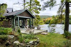 Большой деревенский дом на берегу озера с множеством открытых пространств