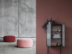 Un couloir long et étroit est souvent synonyme de place perdue. Difficile à décorer, c'est un endroit négligé car jugé inutile et impersonnel. C'est pourt Marsala, Magazine Deco, Deco Rose, Salon Art, Gris Rose, Floating Shelves, Boudoir, Tall Cabinet Storage, Ikea