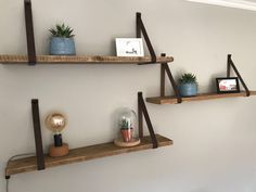 Wandplank van steigerhout MET leren plankdragers Rustic Shelves, Wooden Shelves, Floating Shelves, Wooden Planks On Wall, Home Living Room, Living Room Designs, Happy New Home, Nursery Shelves, Homemade Furniture