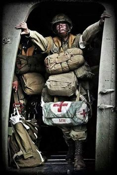 Combat medic US parachute regiment WW II Military Photos, Military Art, Military History, Army Medic, Combat Medic, Airborne Army, Military Drawings, Band Of Brothers, Paratrooper