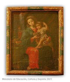 Virgen sentada en primer plano sosteniendo al Niño que juega con un racimo de uvas.  CE01415