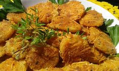 Okrájené syrové brambory nakrájíme na cca 0,5 cm kolečka. Vejce rozmícháme s mlékem, česnekem a kořením.  Strouhanku smícháme se sýrem a... Russian Recipes, Okra, Tandoori Chicken, Vegetable Recipes, Potatoes, Meat, Vegetables, Ethnic Recipes, Food