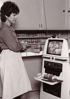 Hubot。アメリカ合衆国に拠点を置いていたHubotics, Incによって1983年頃から生産されていた多用途ロボットとのこと。コンピュータを操作する他にスター・トレックなどテレビ番組を視聴できる。障害物回避装置などを搭載する。