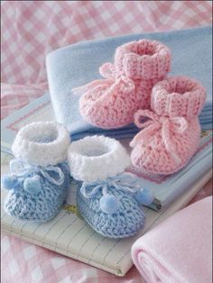 Crochet - Patterns for Children & Babies - Booties, Slippers & Socks Patterns - Easy Baby Booties Crochet Pattern Crochet Child Booties Simple Child Booties Crochet Sample Obtain from e-PatternsCentral. -- Retaining Child's tootsies heat is a snap with th Booties Crochet, Crochet Baby Shoes, Crochet Baby Clothes, Cute Crochet, Crochet For Kids, Crochet Crafts, Crochet Slippers, Crochet Projects, Knit Crochet