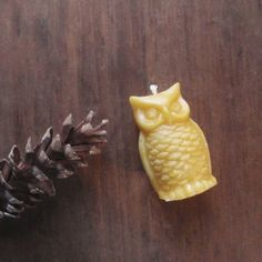Owl lovers you know who you are. Rarely seen, often heard, these pure beeswax owl candles complete the woodland scenery. Handmade with only pure golden beeswax, they have a deliciously natural honey-s