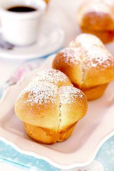 Si quieres aprender a hacer los mejores mini brioches mas esponjosos que hayas probado, no te pierdas esta deliciosa receta. Fácil y muy rápida de hacer. Fresh Bread, Sweet Bread, Chocolate Brioche, Donuts, Muffins, Pan Bread, Baking Tins, Butter, Mini Cakes