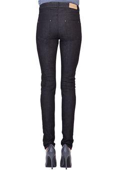 Wie jede Frau ein kleines Schwarzes im Schrank hat, sollte auch jede Frau eine klassische schwarze Jeans besitzen. Der grau-schwarz melierte Denim besticht durch seine hochwertige Struktur und ist im Sommer wie auch im Winter ein unverzichtbares Basic. Egal zu welchem Anlass: mit dieser eleganten, perfekt sitzenden Hose, bist Du immer richtig gestylt. Diese Jeans wird für Dich individuell maßgeschneidert – wir garantieren Dir optimale Passform.
