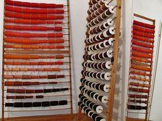 Friedemann der Teppichweber - Werkstatt/Wollregale - Arbeit am Wandteppich Der Granatapfel, via Flickr.