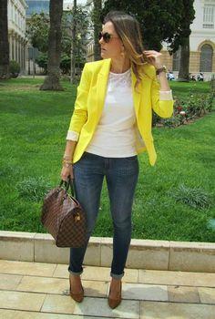 Conjunto americana amarilla, camiseta de encaje blanca, pantalones tejanos y bolso marrón