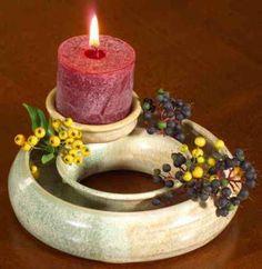 Keramik Blumenring mit Kerze. Offener wasserdichter Keramikring mit Kerzenhalter für wechselnde Blütendekoration. Hübsche Deko.